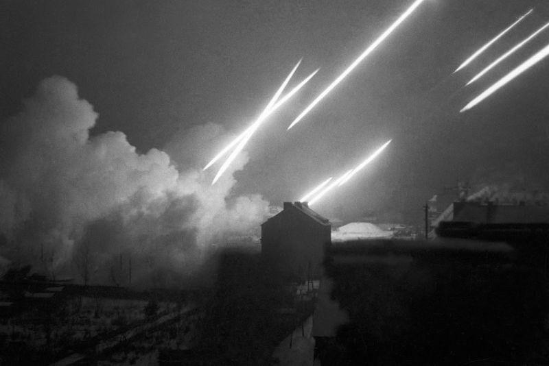 Гвардейские реактивные минометы 1-го Белорусского фронта ведут огонь. 1945 г.