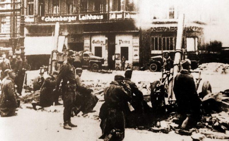 160-мм миномёты образца 1943 года МТ-13 ведут огонь в Берлин-Шёнеберге. 1945 г.