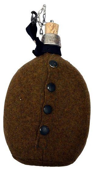 Армейская фляга в чехле из сукна с креплением для переноски на поясном ремне.