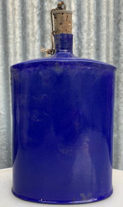 Фляга, покрытая эмалью синего цвета.