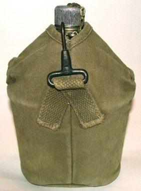 Алюминиевая армейская фляга образца 1910 года в брезентовом чехле.