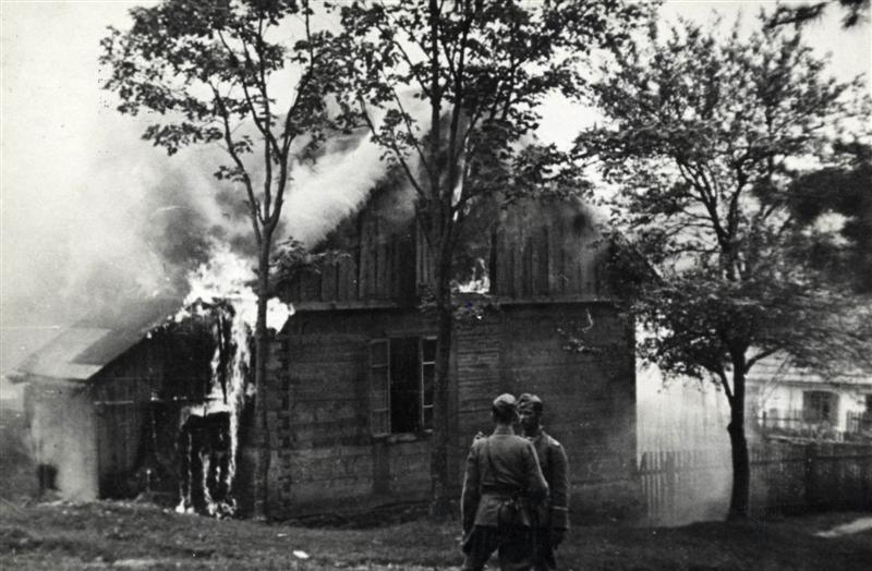 Каратели сжигают дома в Михневе.