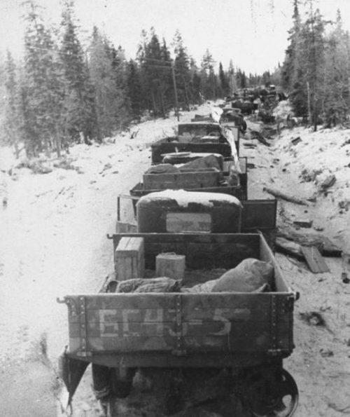 Разбитая колонна грузовиков 44-й стрелковой дивизии на Раатской дороге. Декабрь 1939 г.