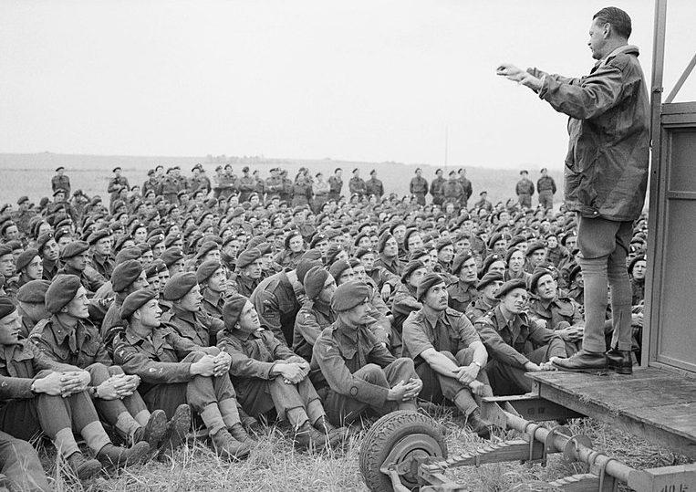 Британский генерал-майор Ричард Гейл инструктирует солдат своей дивизии.