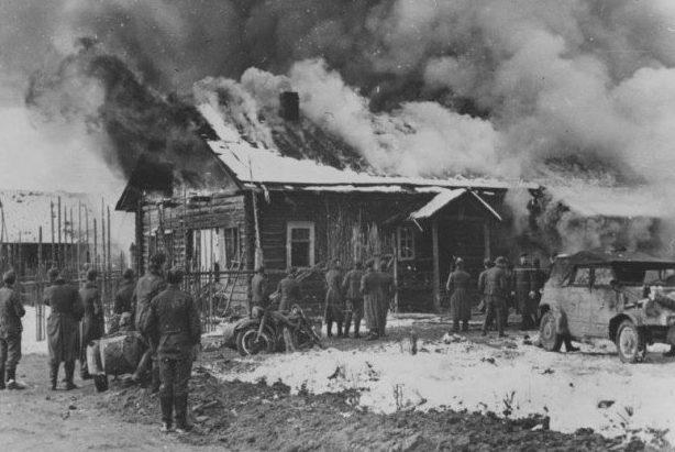 Солдаты 399-й полевой жандармерии (оберфельдкомендатуры) сжигают Корюковку.