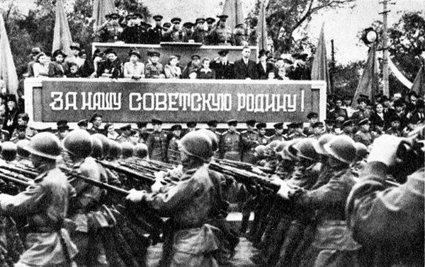 Советские войска на параде в Харбине.