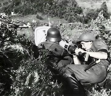 Финские солдаты, вооружённые ручным противотанковым гранатомётом «Панцершрек», в засаде.