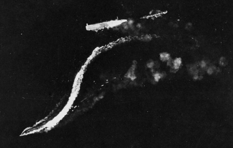 Обездвиженный авианосец «Рюдзё» и уходящие от него эсминцы.