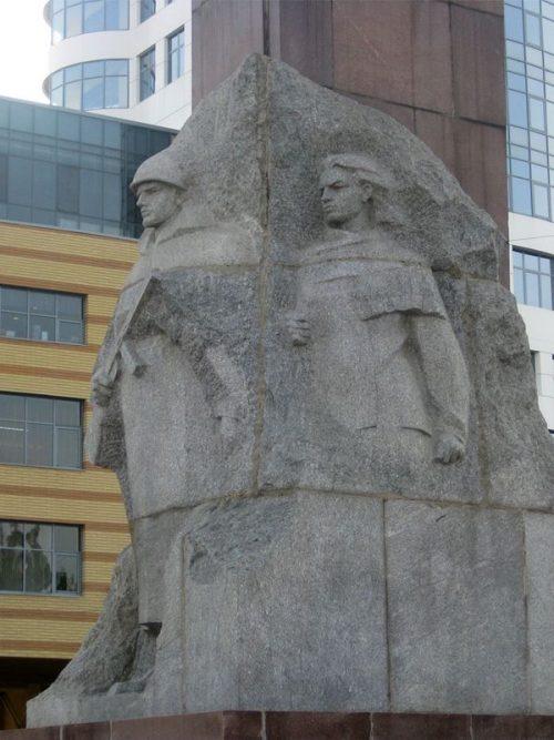 Скульптурная группа монумента.