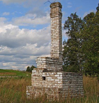 Печь с трубой - символ сгоревшей деревни Красуха.