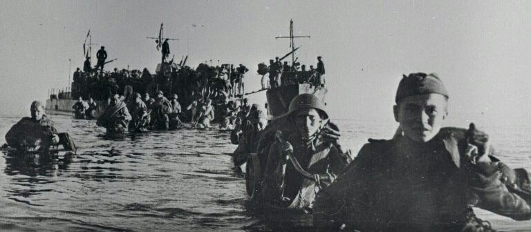 Бойцы 109-й стрелковой дивизии высаживаются на острове Сааремаа.