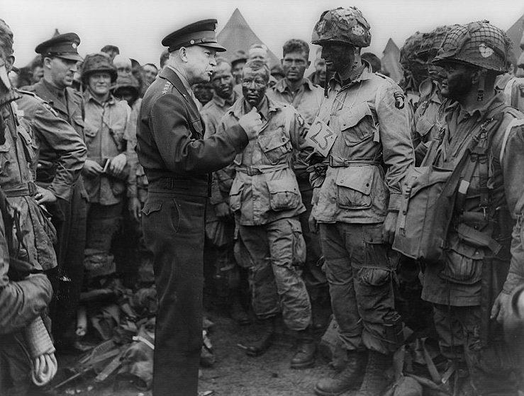 Генерал Эйзенхауэр среди десантников перед вылетом в Нормандию.