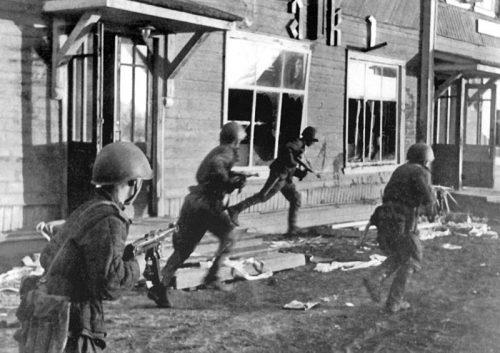 Советские автоматчики ведут бой за город Олонец.