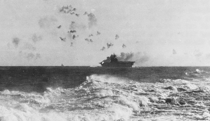 Авианосец «Энтерпрайз» под воздушным ударом.