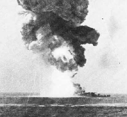 Взрыв на линкоре после попадания немецкой радиоуправляемой бомбы Fritz X.