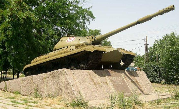 г. Апостолово. Памятник-танк танкистам-освободителям города, установленный в 1987 году по улице Вокзальной.