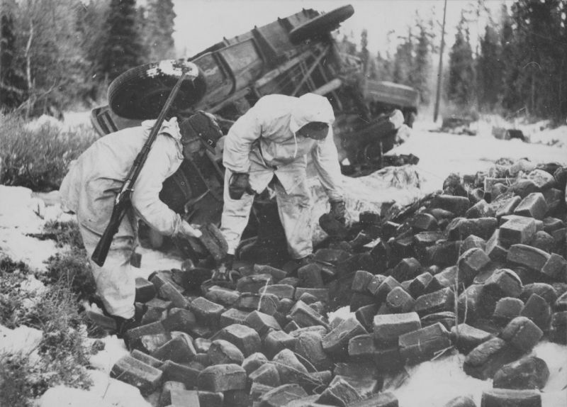 Финские солдаты у опрокинутой хлебовозки. Декабрь 1939 г.