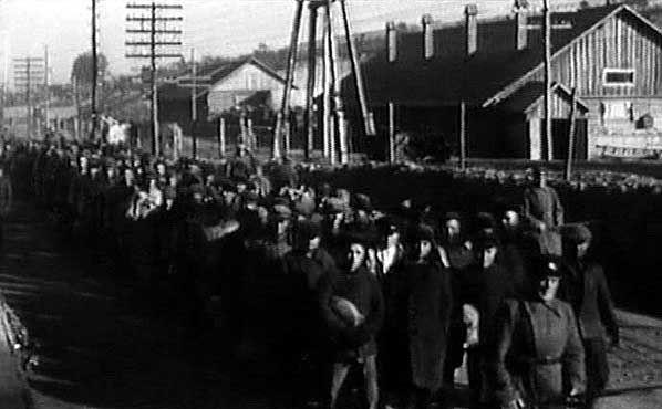 Выход заключенных Дмитровлага под конвоем на работы.
