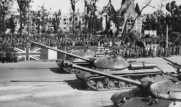 Советские танки на параде.