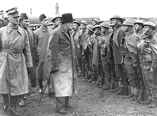 Уинстон Черчилль в сопровождении Владислава Сикорского посещает часть Вооруженных сил Польши в Британии.