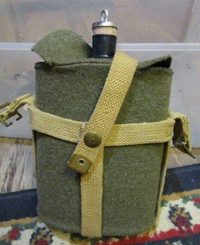 Пехотная фляга пехотинцев для воды с различным креплением для переноски.