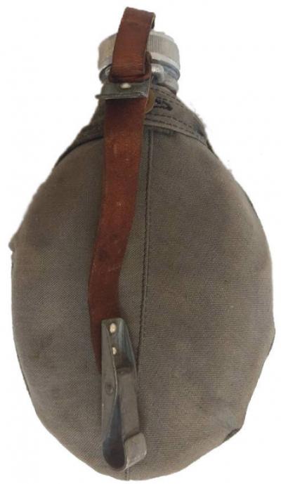 Алюминиевая армейская фляга с суконным и брезентовым чехлом образца 1939 года. Чехол имеет карабит для ношения фляги на поясном ремне.