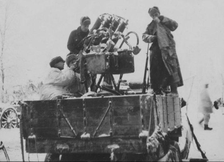 Финские солдаты в кузове ГАЗ-ААА с 7,62-мм зенитной пулеметной установкой М-4. Январь 1940 г.