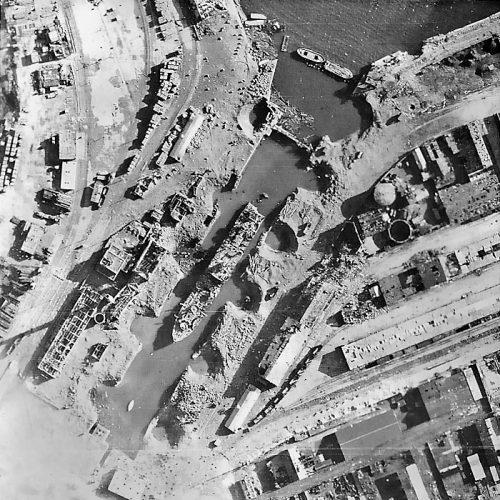 Разрушенная инфраструктура порта.