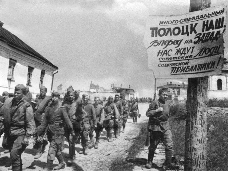Советские солдаты проходят через освобожденный Полоцк.