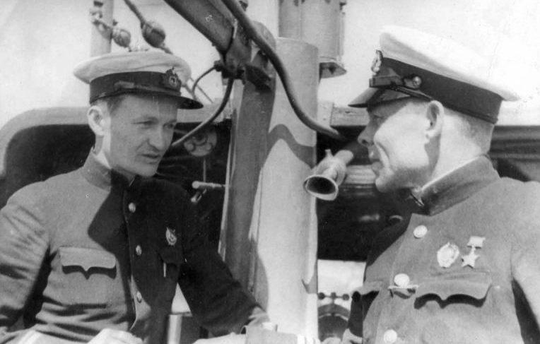 Командир подлодки Щ-311 Герой Советского Союза Федор Вершинин с командиром БЧ-5 Шабловым. Май 1940 г.