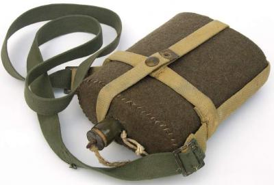 Армейская фляга образца 1937 года в суконном чехле.
