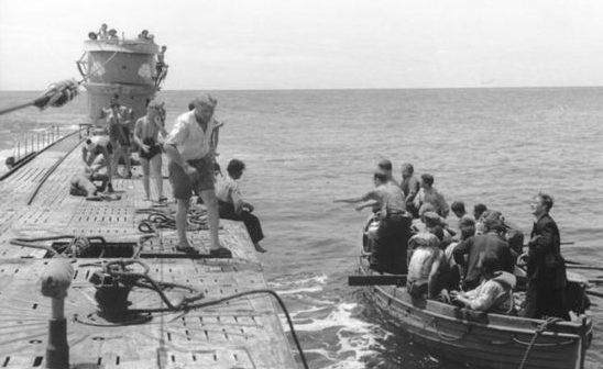 Перевозка выживших с U156 на U507.
