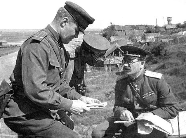 Командующий 5-й гвардейской танковой армией П. А. Ротмистров на командном пункте.