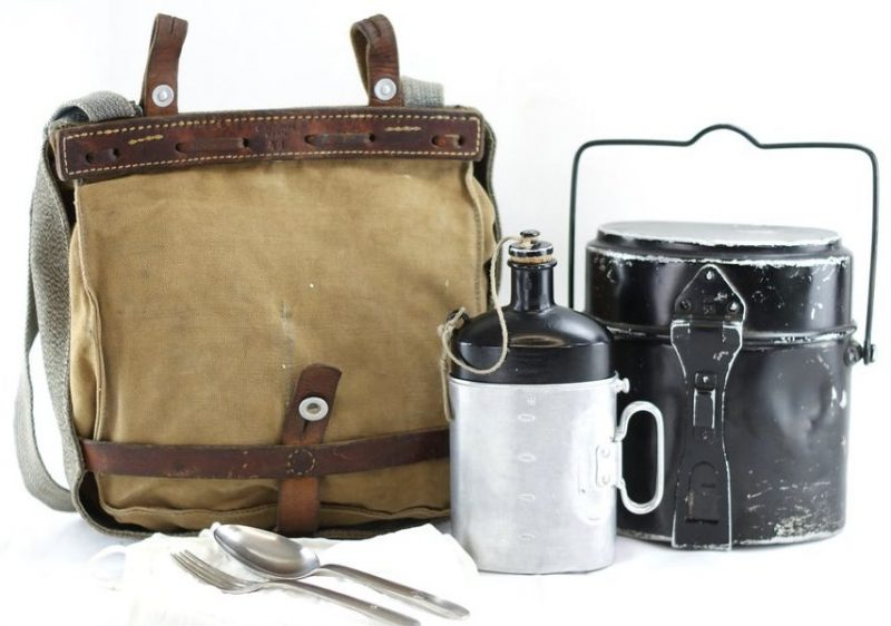 Подвесная сумка для полного набора армейской посуды.