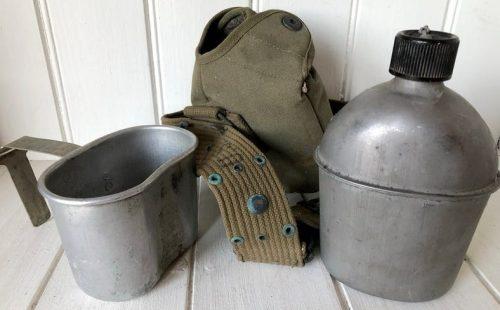 Армейская алюминиевая фляга образца 1942 года емкостью 1 л с чашкой емкостью 0,5 л. Размер фляги: 5,1x3,1x7,3 дюйма, размер чашки: 5,2x3,1x3,9 дюйма.