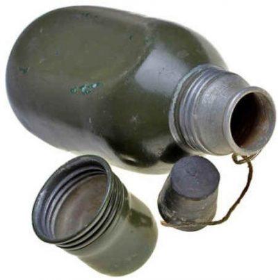 Алюминиевая фляга с винтовой пробкой-чашкой образца 1930-х годов.