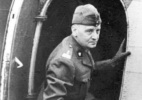 Владислав Сикорский у самолета.