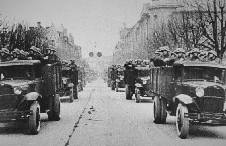 Грузовики ГАЗ-АА в Вильнюсе. 1940 г.