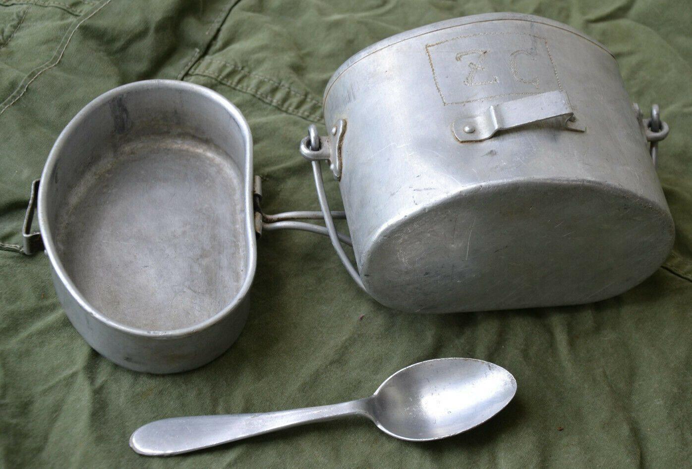 Малый армейский котелок образца 1930 года с алюминиевой ложкой. Размеры котелка: длина – 156 мм, ширина – 96 мм , высота – 122 мм . Размеры крышки: длина – 160 мм , ширина – 100 мм, высота – 43 мм.