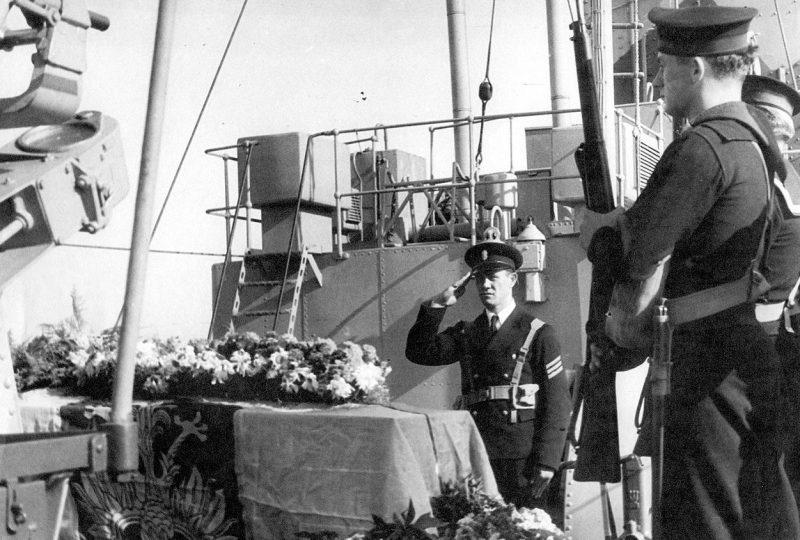 Матросы эсминца «Orkan» в почетном карауле у гроба с телом генерала Владислава Сикорского.