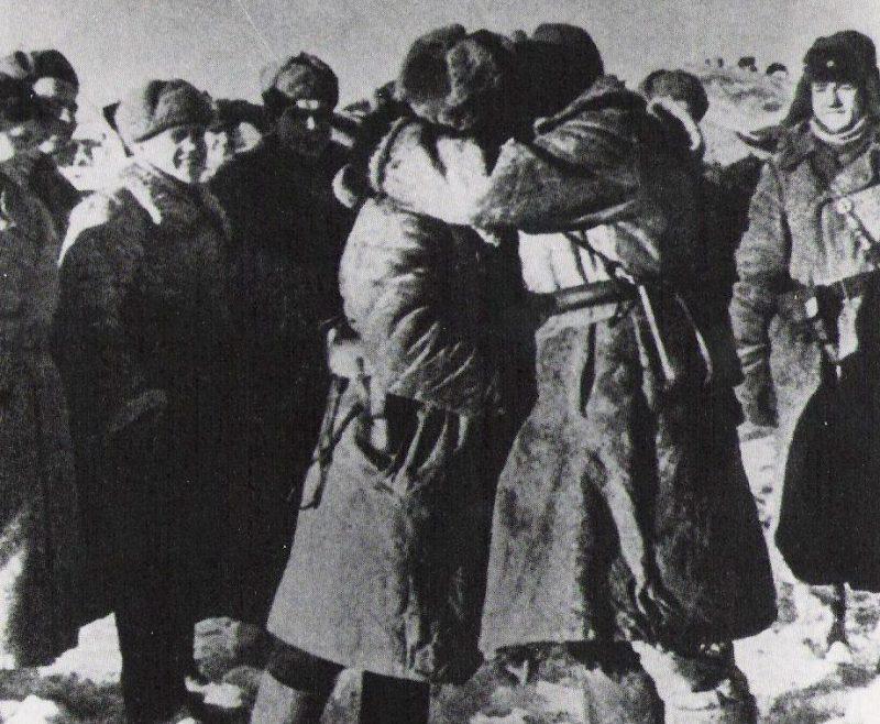 Встреча советских войск, замкнувших кольцо окружения.