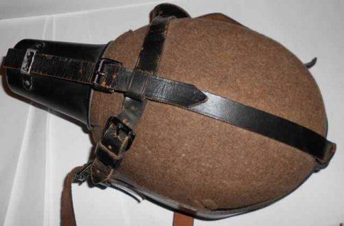 Санитарная фляга, в чехле с алюминиевым стаканом и плечевым ремешком, объемом 1 л.