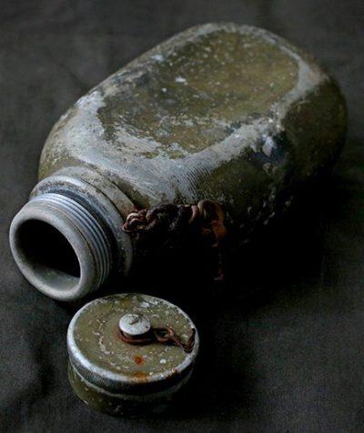Алюминиевая фляга с винтовой пробкой.