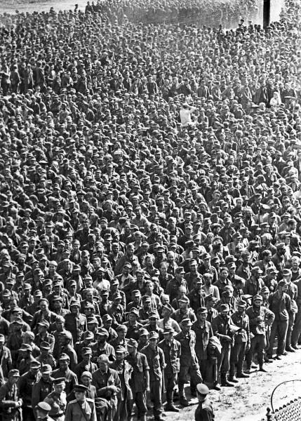 Немецкие военнопленные на «параде» побежденных в Москве. 17 июля 1944 г.