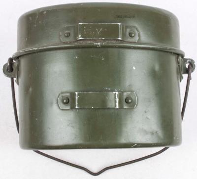 Окрашенные в зеленый цвет котелки с 1943 года использовались немецкой армией.