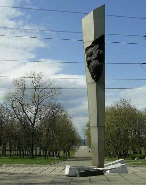 г. Днепр. Памятник, установленный в 1967 году летчикам-комсомольцам 81-го авиаполка, повторившим подвиг капитана Н.Ф. Гастелло. Скульпторы - А. И. Жирадков, Ю. А. Жирадков, архитектор - Д. И. Щербаков.