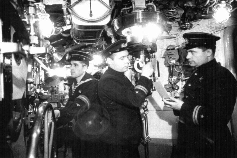 Подводники в центральном посту подлодки Щ-311. 1940 г.