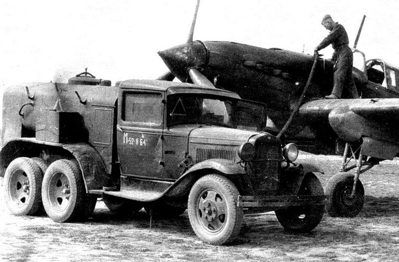 Аэродромный бензозаправщик БЗ-38 с задней кабиной управления на базе ГАЗ-ААА, 1940 г.