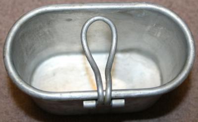 Алюминиевая армейская кружка со складывающейся проволочной ручкой.