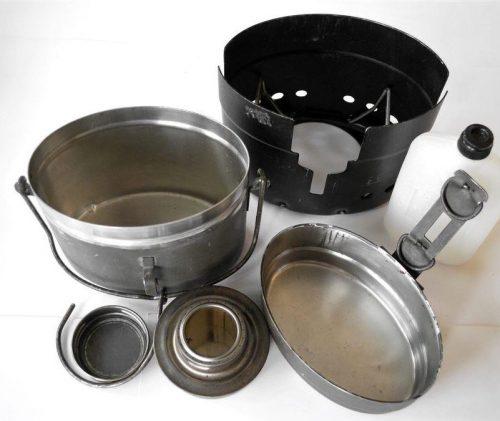 Полный набор «Kokkärl М40»: котелок, печь и спиртовая горелка с горючей жидкостью.